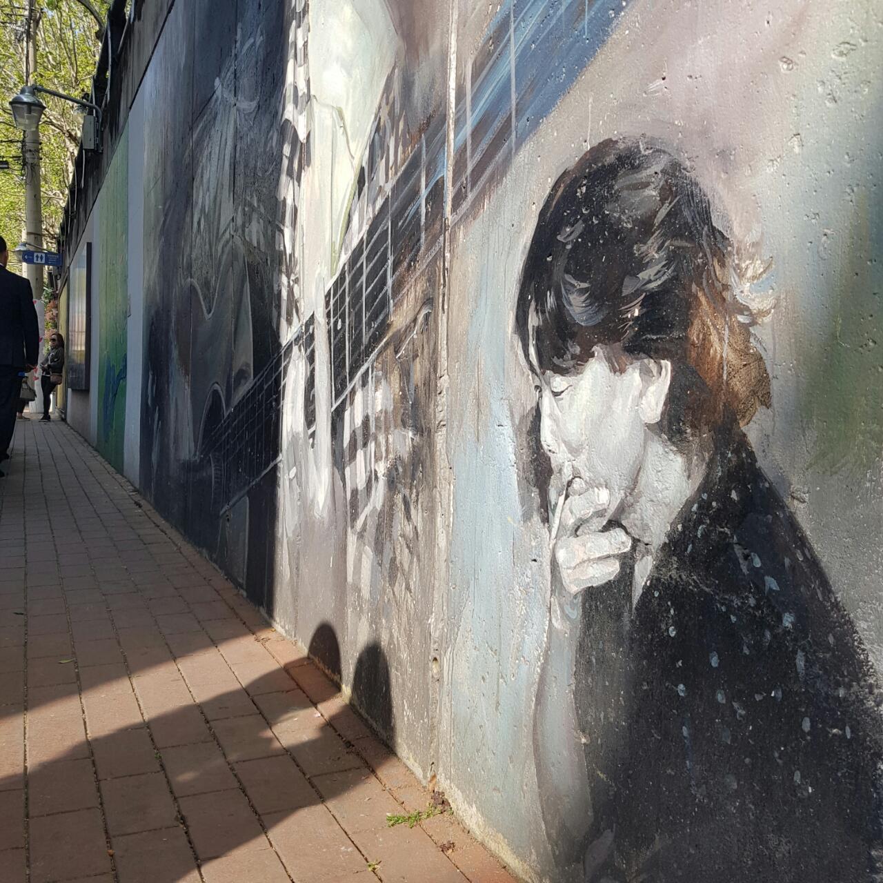 김광석 거리에서-3 김광석 거리에서 기자가 제일 좋아하는 벽화. 담배를 문 그의 젖은 눈빛이 쉽게 잊혀지지 않는 그림이다.