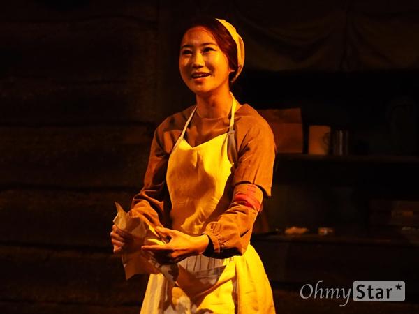 연극 <벙커 트릴로지> 중 '맥베스' 사진 지난 12월 13일, 서울 대학로 홍익대아트센터 소극장에서 진행된 연극 <벙커 트릴로지>의 프레스콜 이미지. 총 3부작으로 구성된 <벙커 트릴로지>의 마지막은, 셰익스피어의 동명 비극에서 따온 '맥베스'이다. 제1차 세계대전이 거의 끝나가던 때, 소모품으로 병사들이 전락하던 시절. 더 넓은 개활지를 차지하기 위해 의미없이 치열한 전투가 반복되고 있었다. 그리고 한 장교가, 우연히 콘월 대대의 지휘를 맡게 되는데….