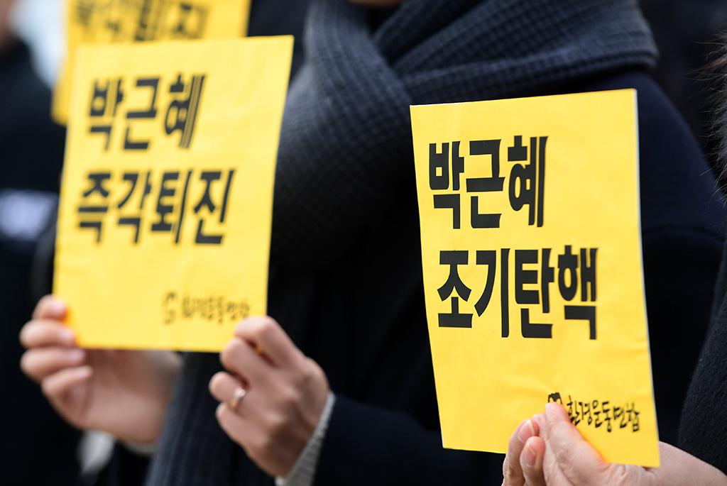 """환경운동연합 관계자들이 5일 오전 서울 종로구 재동 헌법재판소 정문앞에서 '박근혜 조기탄핵인용 결정을 요구하는 국민엽서 전달' 기자회견를 열고 """"이 나라의 국민들이 자부심을 갖고 살아갈 수 있도록 헌법재판소가 박근혜 탄핵인용 결정을 조속히 내려달라""""고 촉구하고 있다."""