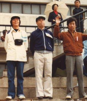 모의올림픽개회식 때(오른쪽부터 김 아무개, 한함윤 선생, 기자. 1978. 10.)