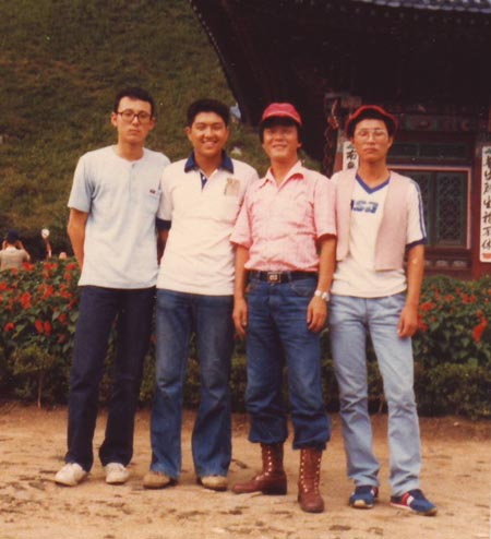 1980년 수학여행 당시 월정사에서 제자들과(왼쪽부터 박종익, 이병권, 기자, 이희태 군)