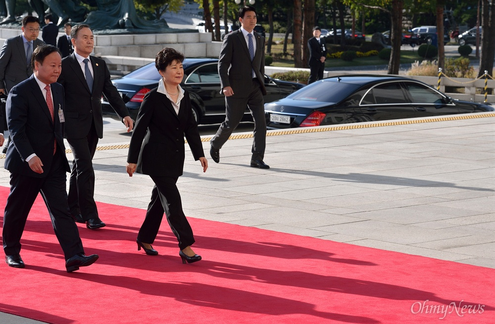 박근혜 대통령 국회 도착 박근혜 대통령이 국회 시정연설을 위해 지난해 10월 24일 여의도 국회의사당에 도착하고 있다.