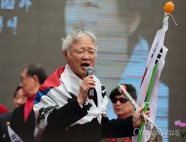 서석구 변호사가 17일 오전 종로구 재동 헌법재판소 부근 운현궁앞에서 열린 박근혜 대통령 탄핵무효 집회에서 발언하고 있다.