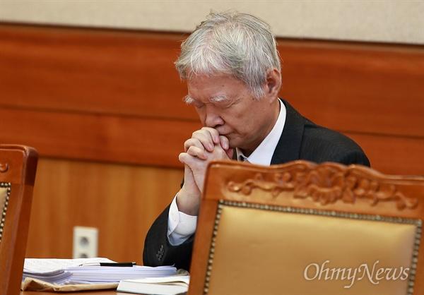 서석구, 박근혜를 위한 간절한 기도(?) 3일 오후 서울 종로구 재동 헌법재판소 대심판정에서 대통령(박근혜) 탄핵심판 1차 변론기일이 열리는 가운데, 피청구인측 서석구 변호사가 두 손 모아 기도하고 있다.