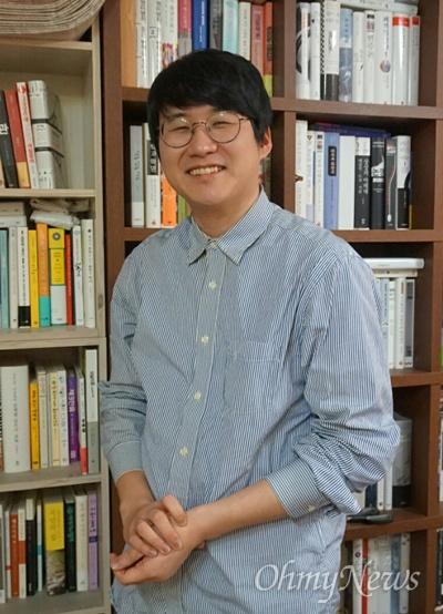 <대리사회> 저자 김민섭씨. 그는 요즘 서울시 마포구의 한 작업실에서 지내고 있다. 낮에는 글을 쓰고, 밤에는 대리운전을 하는 삶을 이어오다 최근엔 대리운전을 쉬는 중이라고 말했다. (대리사회/김민섭/와이즈베리/13000원)