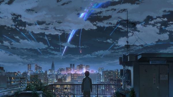 <너의 이름은.>의 한 장면. 타키는 자기집 옥상에서 천 년에 한번 볼 수 있다는 혜성이 펼치는 우주쇼를 감상한다. 그에겐 단순히 하룻밤의 신기한 구경거리였지만, 미츠하에게는 크나큰 재앙이었다는 사실을 나중에 알게 된다.