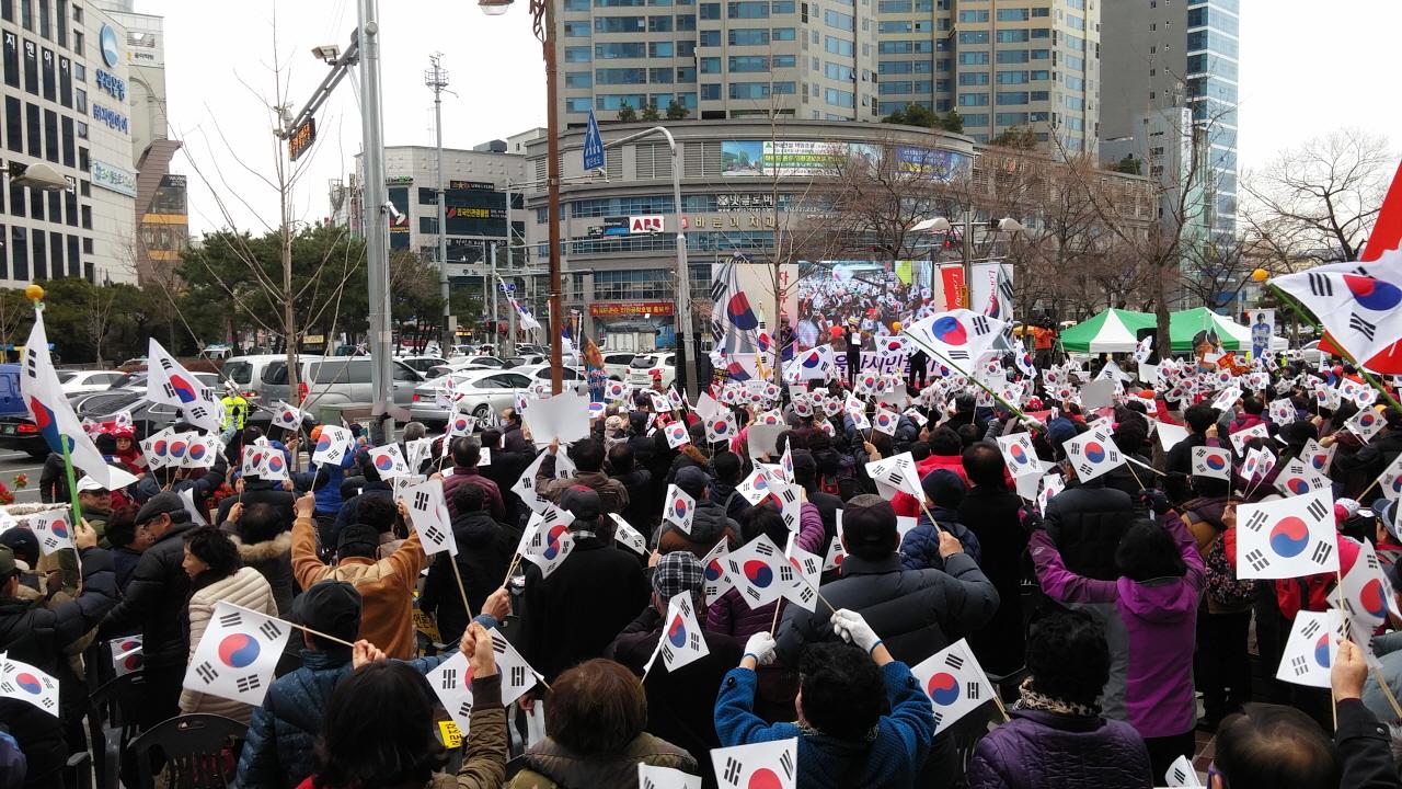 7일 오후 1시부터 울산 남구 삼산동 롯데백화점 앞 광장에서 박사모가족 등 보수단체들이 맞불집회를 열었다.