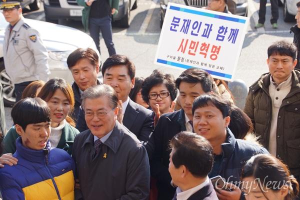 문재인 더불어민주당 전 대표가 8일 오후 구미시청을 방문해 지지자들로부터 환영을 받고 있다.