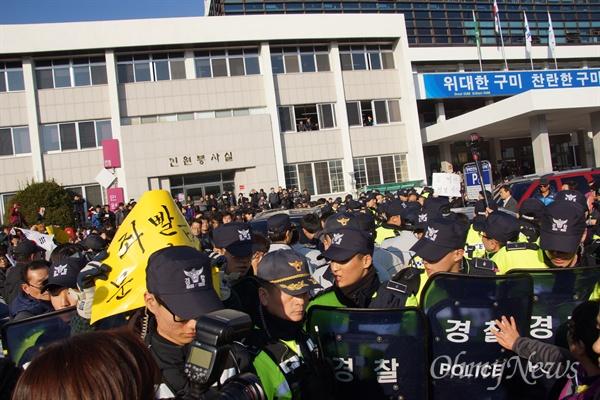 문재인 민주당 전 대표가 8일 오후 구미시청에서 기자간담회를 갖고 떠나려 하자 보수단체 회원들이 문 전 대표의 차를 막고 시위를 벌이고 있다.