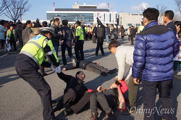 문재인 민주당 전 대표가 8이 ㄹ오후 구미시청에서 기자간담회를 갖고 떠나려 하자 일부 보수단체 회원들이 길바닥에 드러누워 차량을 막자 경찰들이 끌어내고 있다.