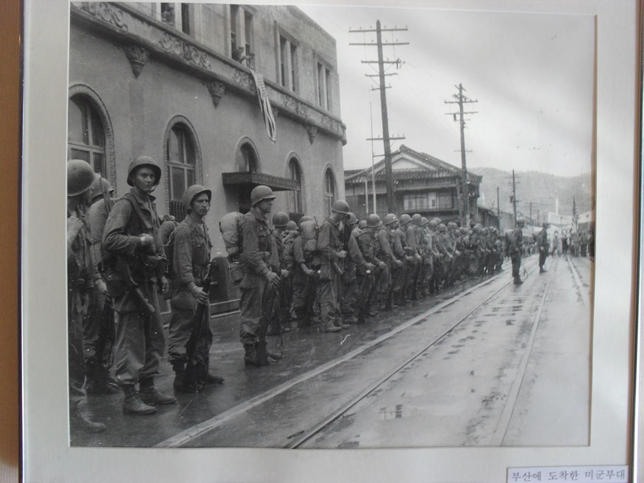 미국이 제3단계에 진입한 지 얼마 뒤인 1950년 부산 시내에 상륙한 미군. 부산시 서구 부민동의 임시수도기념관에서 찍은 사진.