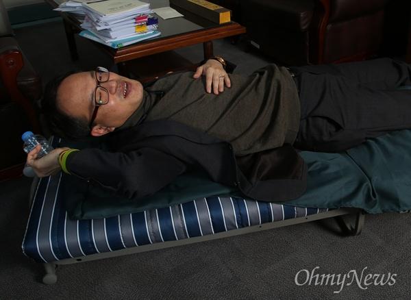 박주민 의원은 밤새 일하더라도 어디서든 잠깐 눈 붙이면 다시 집중해서 일할 수 있는 스타일이다. 의원실 한켠에 놓인 간이침대에 생수병을 베개 삼아 몸을 잠깐 누이곤 한단다.
