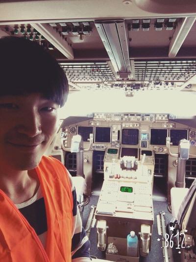 대형 반도체 장비 선적 모니터링 후 항공기 조종석에서 찍은 사진.