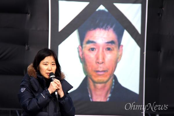 9일 낮 12시 창원 두산중공업 정문 앞에서 열린 '배달호 열사 14주기 추모제'에서 이은주 마산창원거제산재추방운동연합 사무국장이 발언하고 있다.