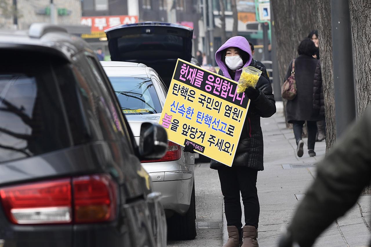 탄핵은 국민의 염원 리멤버 0416 회원들이 9일 오후 서울 종로구 재동 헌법재판소 정문앞에서 세월호 참사 1000일을 맞아 '박근혜 대통령의 즉각적인 탄핵'과 '세월호 참사 진상규명'을 요구하는 피켓 시위를 펼치고 있다.