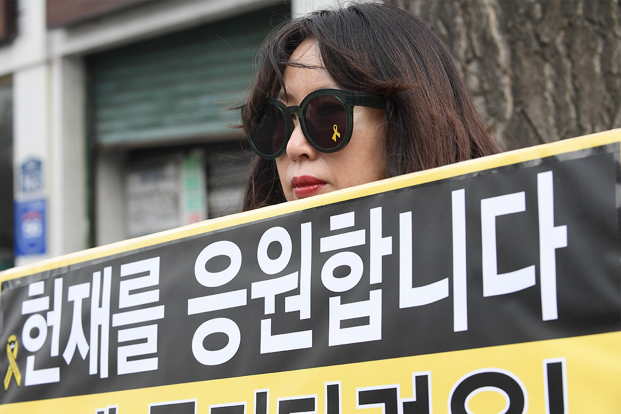 헌재를 응원합니다 리멤버 0416 회원들이 9일 오후 서울 종로구 재동 헌법재판소 정문앞에서 세월호 참사 1000일을 맞아 '박근혜 대통령의 즉각적인 탄핵'과 '세월호 참사 진상규명'을 요구하는 피켓 시위를 펼치고 있다.
