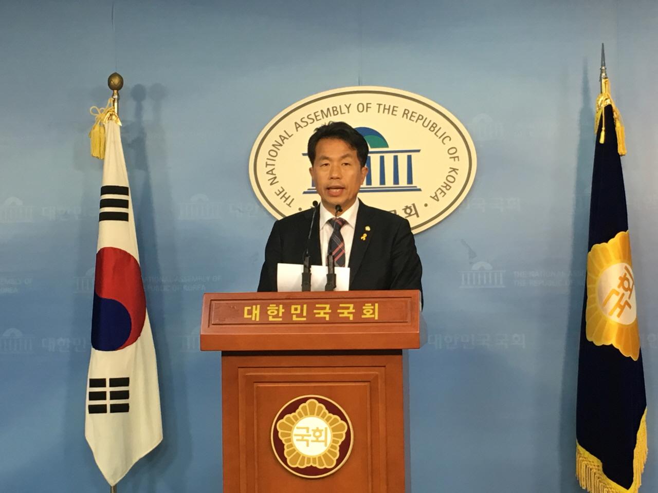 무소속 윤종오 의원(울산 북구)이 9일 오후 2시 40분 국회 정론관에서 '1월 임시국회는 박근혜정권 적폐청산' 이라는 주제의 기자회견을 열고 있다