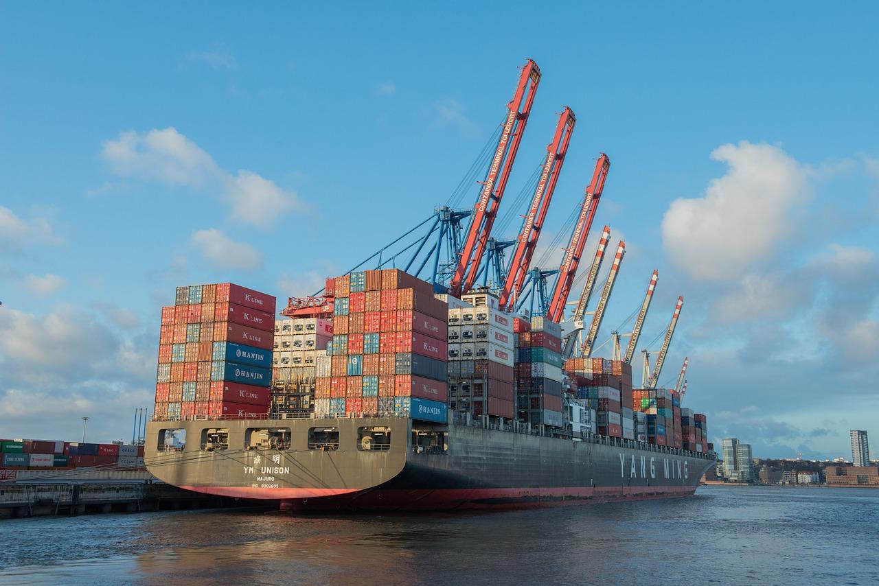 콘테이너  콘테이너를 가득 실은 배가 항구에 정박해있다.
