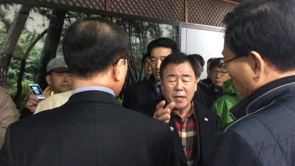 정한진 박사모 경주지부장이 이상욱 부시장을 향해 항의하고 있다.