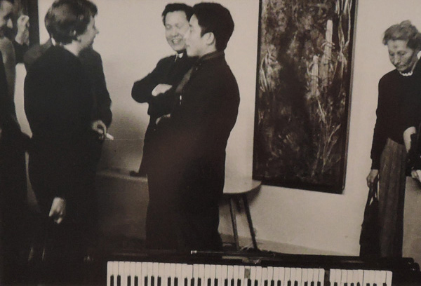 백남준이 1959년 뒤셀도르프에서 연 '존 케이지에 대한 경의' 때 찍은 흑백사진(20.3×25.4cm). 백남준아트센터 소장. 이번 전시에서 볼 수 있다. 백남준은 전시장에서 서구인이 애지중지하는 피아노를 보라는 듯 쓰러뜨려놓고도 천연덕스럽게 서 있다. 여기서 그의 배포를 엿볼 수 있다. 이날 세계적 작곡가 '윤이상'도 참석했다