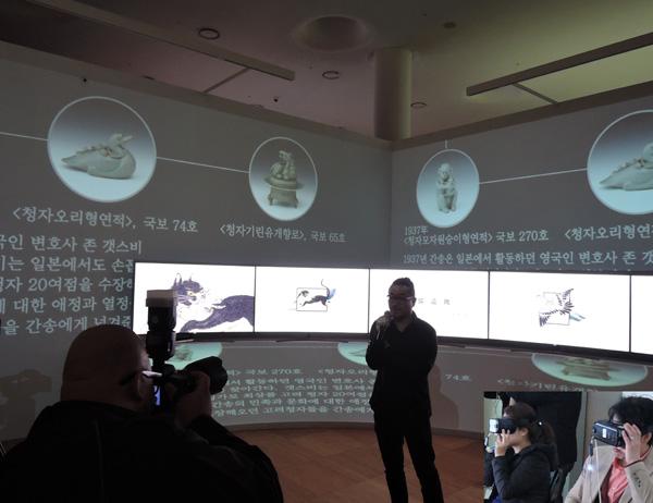 간송은 만든 개인박물관 '보화각' 소장품을 '구범석' 뉴미디어 작가가 재구성한 작품을 설명하다. 3D로 보면 더 실감이 난다(아래 오른쪽).