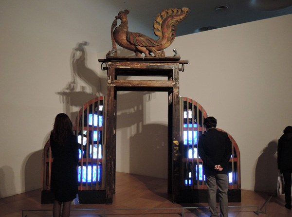 백남준 I '인디언 게이트(Indian Gate)' TV 모니터와 봉황조각상 410×392×82cm 1997. 이 작품은 국제어처럼 세계로 통하는 소통의 문(gate)을 상징한다고 볼 수 있다