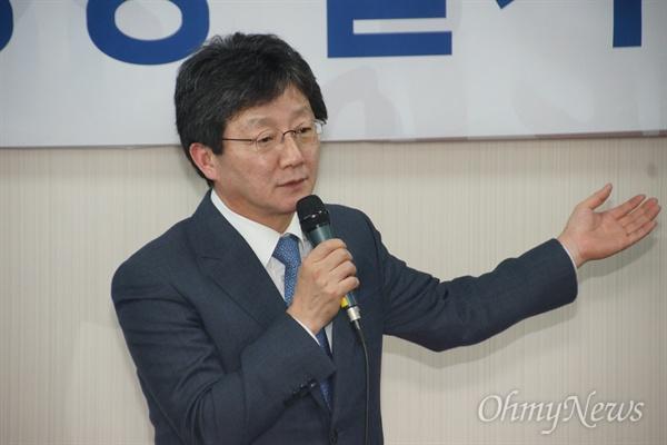 유승민 의원이 10일 오후 자신의 대구 사무실에서 열린 바른정당 대구시당 발기인대회에서 인사말을 하고 있다.