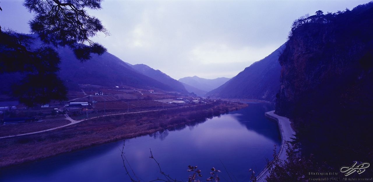 동강의 푸른 저녁 구름이 하늘을 잔뜩 덮은 날은 해가 지면 이렇게 푸른색 어둠이 내린다. 가수리를 흐르는 동강의 모습.(Velvia50)