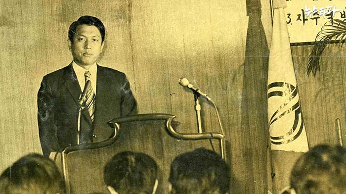 1975년 11월 22일 '재일교포 유학생 간첩사건'에 대해 언론에 직접 브리핑을 하는 김기춘 당시 중앙정보부 대공수사국장. 이 사건으로 간첩으로 몰렸던 유학생들은 40여년만에야 재심을 통해 무죄를 선고 받는다. 유신시대 대표적인 용공조작사건이다.