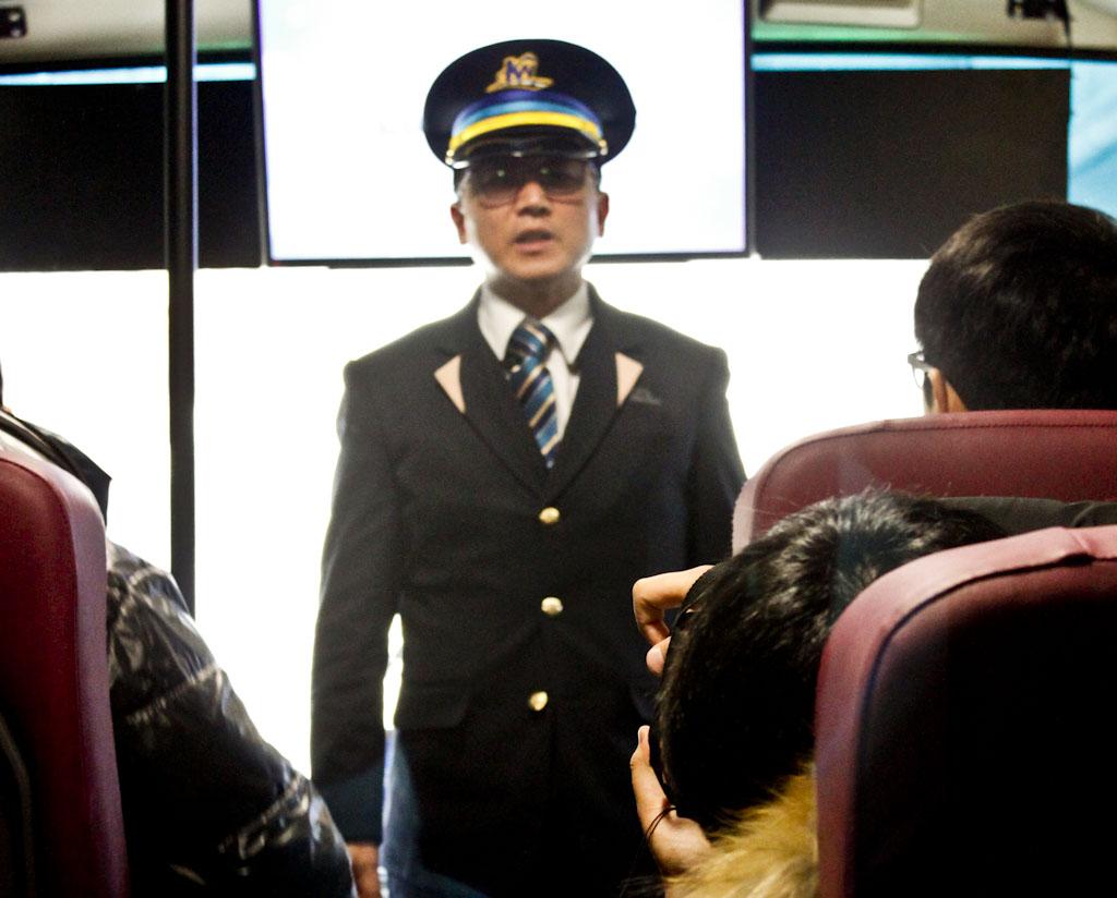 시승객에게 인사하는 승무원 시승행사가 열린 버스에서 운행사원이 시승객에게 인사하고 있다.