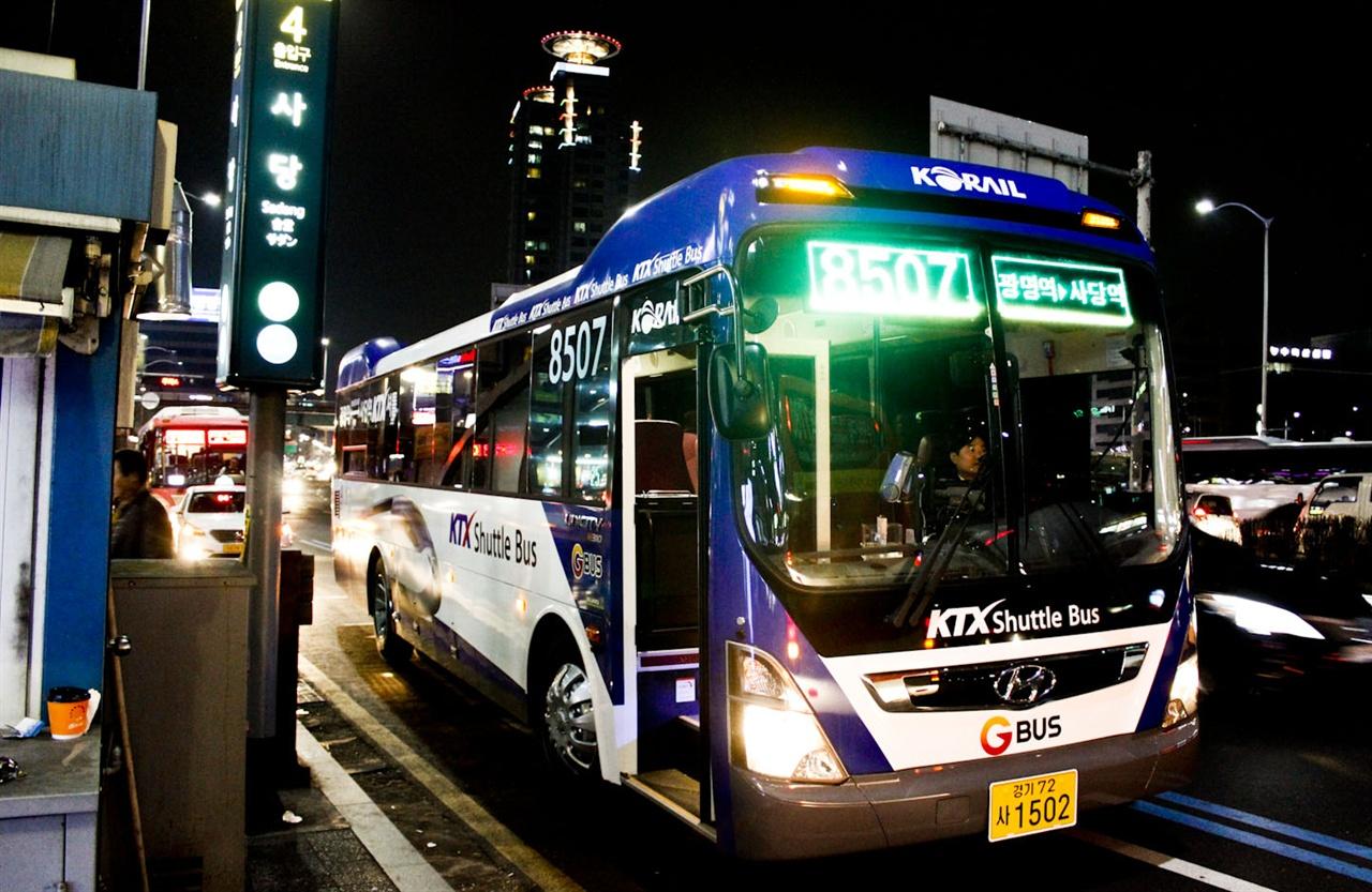 운행 시작하는 8507번 11일부터 운행을 시작하는 8507번 버스가 사당역 4번출구 앞에 서 있다.