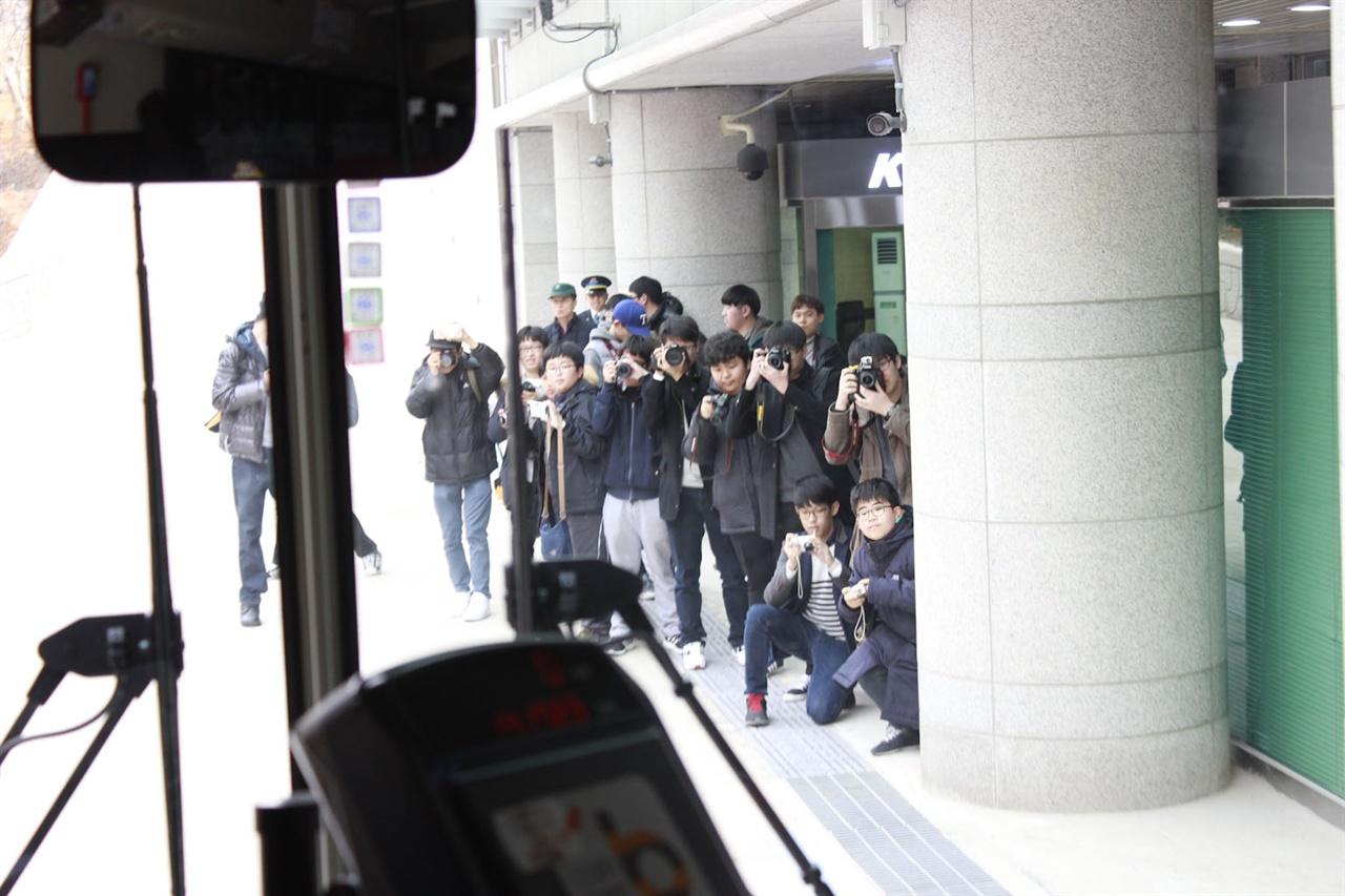 광명역 리무진버스 승강장에 '포토라인'이 잡혔다. 철도 팬들과 버스 팬들이 어우러져 한 데 사진을 촬영하고 있다.