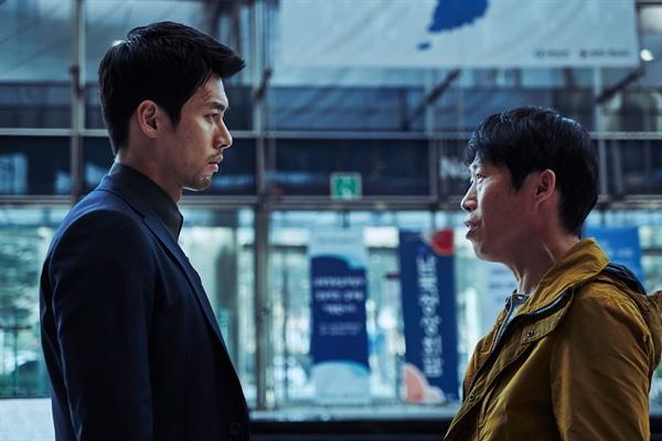 영화 <공조>의 한 장면. 두 남자의 연기는 훌륭하다. 하지만 일관되지 못한 연출 탓에 이들의 연기가 제빛을 발하지 못한다.