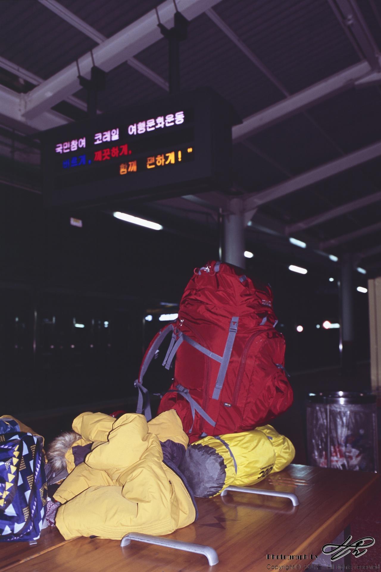 전주역에서 전주역에서 6시 21분에 출발하는 열차를 기다리고 있다.(CT100)