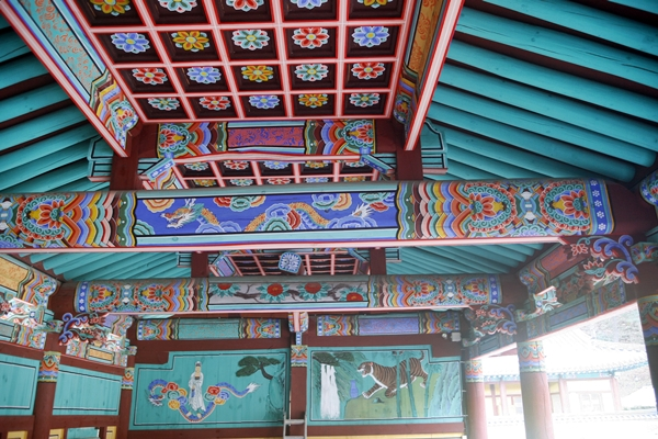 보광루 천장 우물반자로 구성한 보광루의 천장. 최근에 새로 단청을 입힌 듯하다