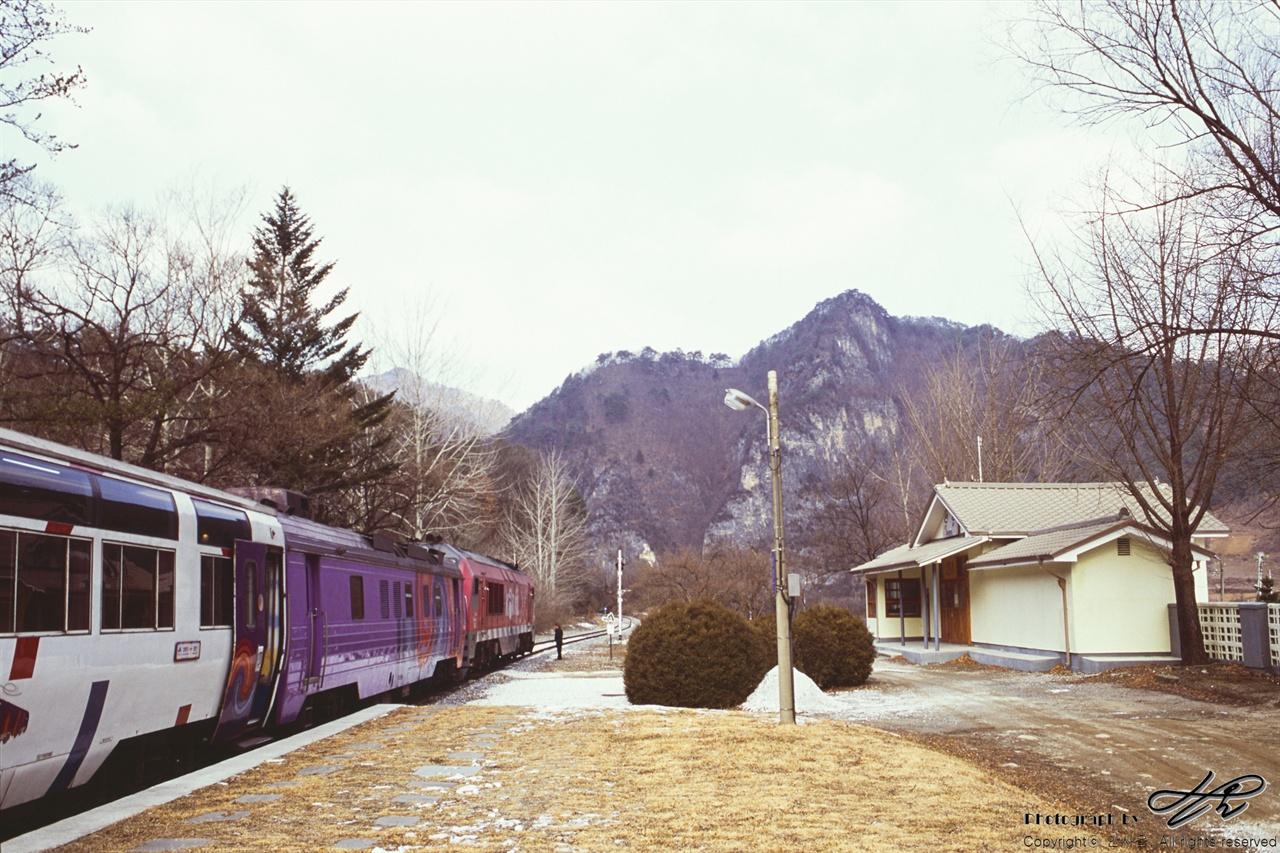 선평역 정선역에 도착하기 직전의 역. 기차는 이곳에서 10분간 정차를 하고 승객들은 간단한 간식을 먹을 수 있다.(CT100)