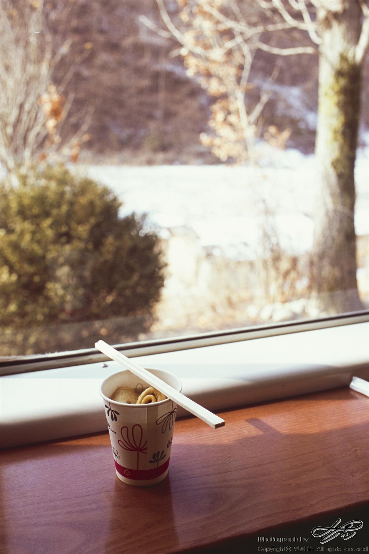 어묵 한 꼬치 종이컵을 가득 채울 만큼의 어묵 한 꼬치. 국물도 참 맛있었다.(CT100)