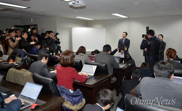 반기문 전 유엔 사무총장 귀국을 하루 앞둔 11일 오전 반 전 총장의 사무실이 마련된 서울 마포구 트라팰리스에서 이도운 대변인이 브리핑을 하고 있다.