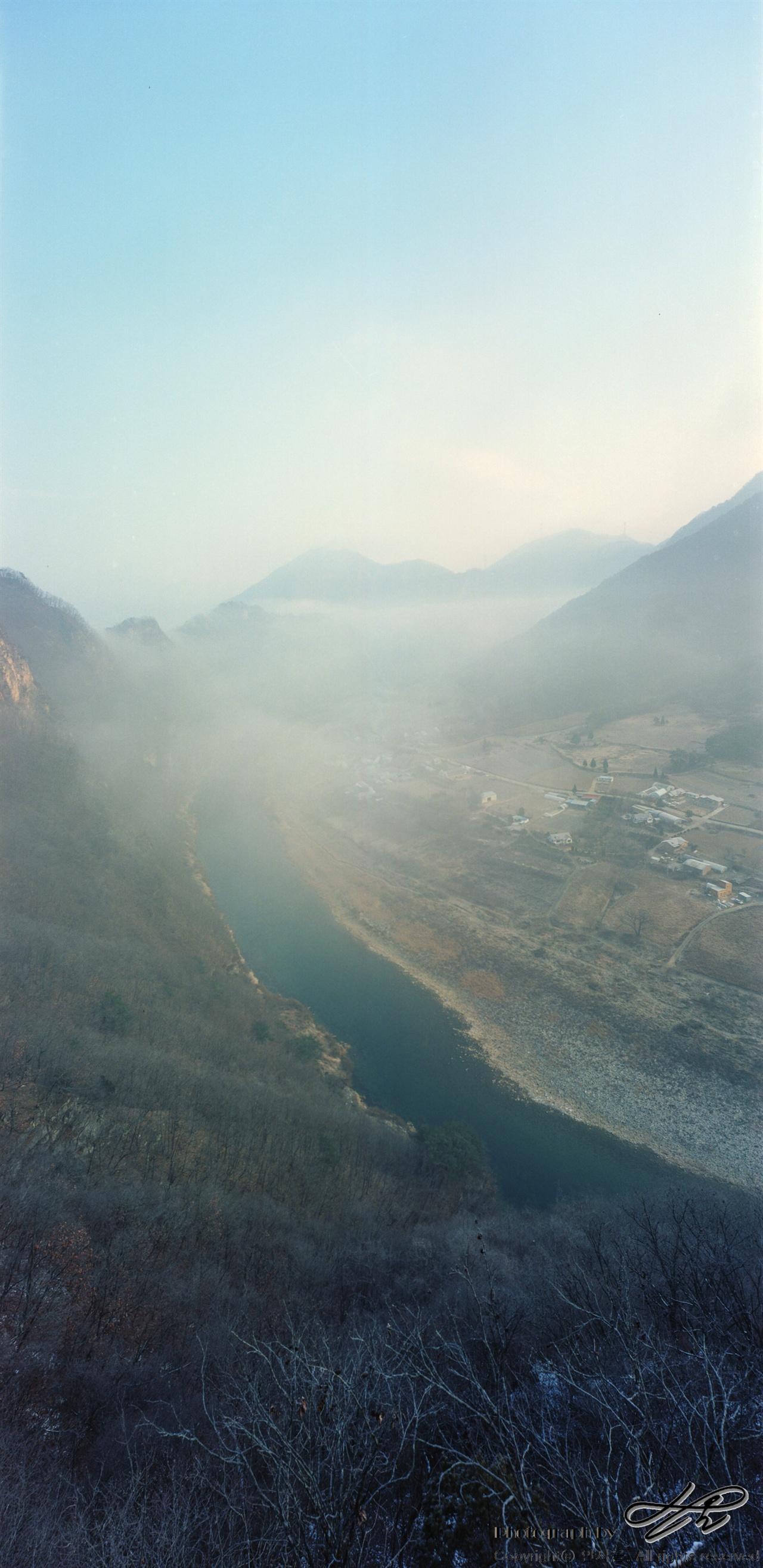 수리봉 전망대에서 바라본 동강 오른쪽으로 보이는 마을이 귤암리이고 왼쪽의 비탈이 수리봉이다. 높지는 않지만 양 옆의 경사와 조망 덕에 고도로 인한 스릴를 꽤 느낄 수 있다.(Portra400)