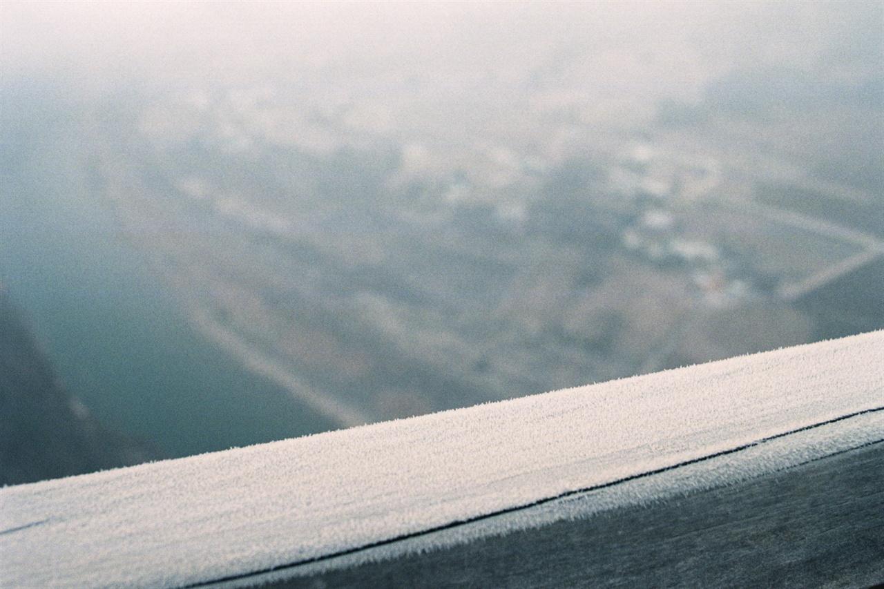 전망대의 찬 서리 전망대에 서릿발이 뾰족뾰족 서있다.(Netura1600)