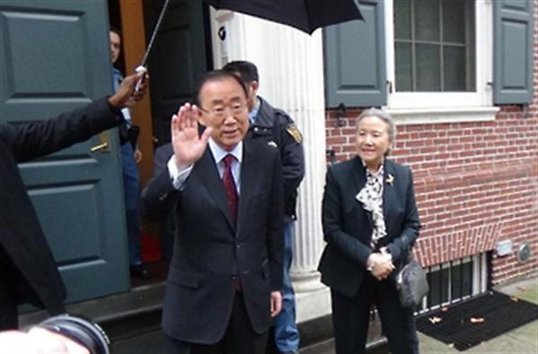 반기문 전 유엔 사무총장이 지난 3일(현지시간) 뉴욕의 공관을 떠나면서 손을 흔들고 있다.