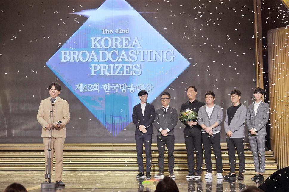 제42회 한국방송대상에서 대상을 받은 MBC <무한도전> 김태호 PD와 출연진.