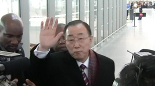 반기문 전 유엔 사무총장이 11일(현지시간) 오후 1시 미국 뉴욕 JFK공항을 출발해 인천국제공항으로 향하는 아시아나항공 비행기에 몸을 실었다. 반 전 총장은 공항에서 한국 언론과 간단한 인터뷰를 한뒤 유순택 여사 등과 함께 비행기를 탔다.