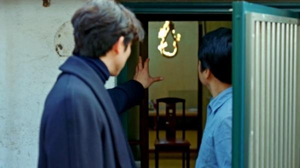 자살하려는 인간을 구하는 김신 도깨비.