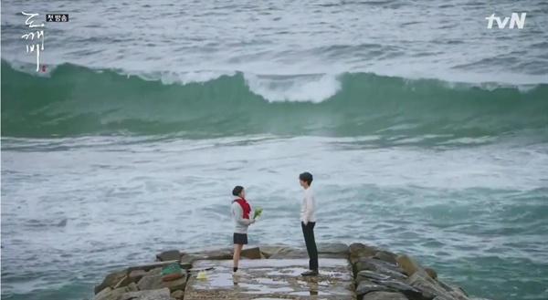 지은탁이 바다에서 간절히 기도했고, 그때 김신이 나타났다. 첫만남이었다.