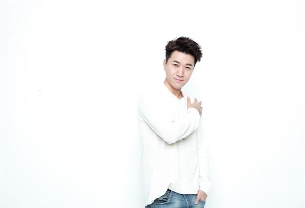 김종민 가수 겸 예능인 김종민이 12일 오후 서울 논현동의 한 카페에서 인터뷰를 열었다. 김종민은 <1박 2일>을 비롯해 예능활동을 해오며 겪은 것들을 허심탄회하게 이야기했다. 김종민은 2016년 < KBS 연예대상 >에서 대상을 수상했다.