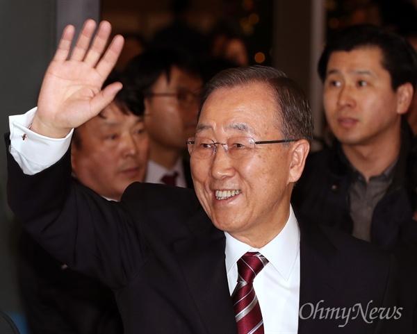 귀국한 반기문 전 총장 반기문 전 유엔 사무총장이 12일 오후 인천국제공항에 도착해 대기중이던 지지자들을 향해 손을 들어 인사하고 있다.