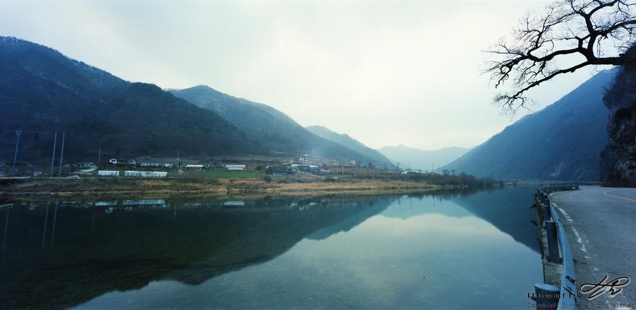 동강과 마을 작은 마을 옆으로 맑은 물이 유유히 흘러가고 있다. 수면에 비추이는 산들의 모습이 인상적이다.(Portra400)