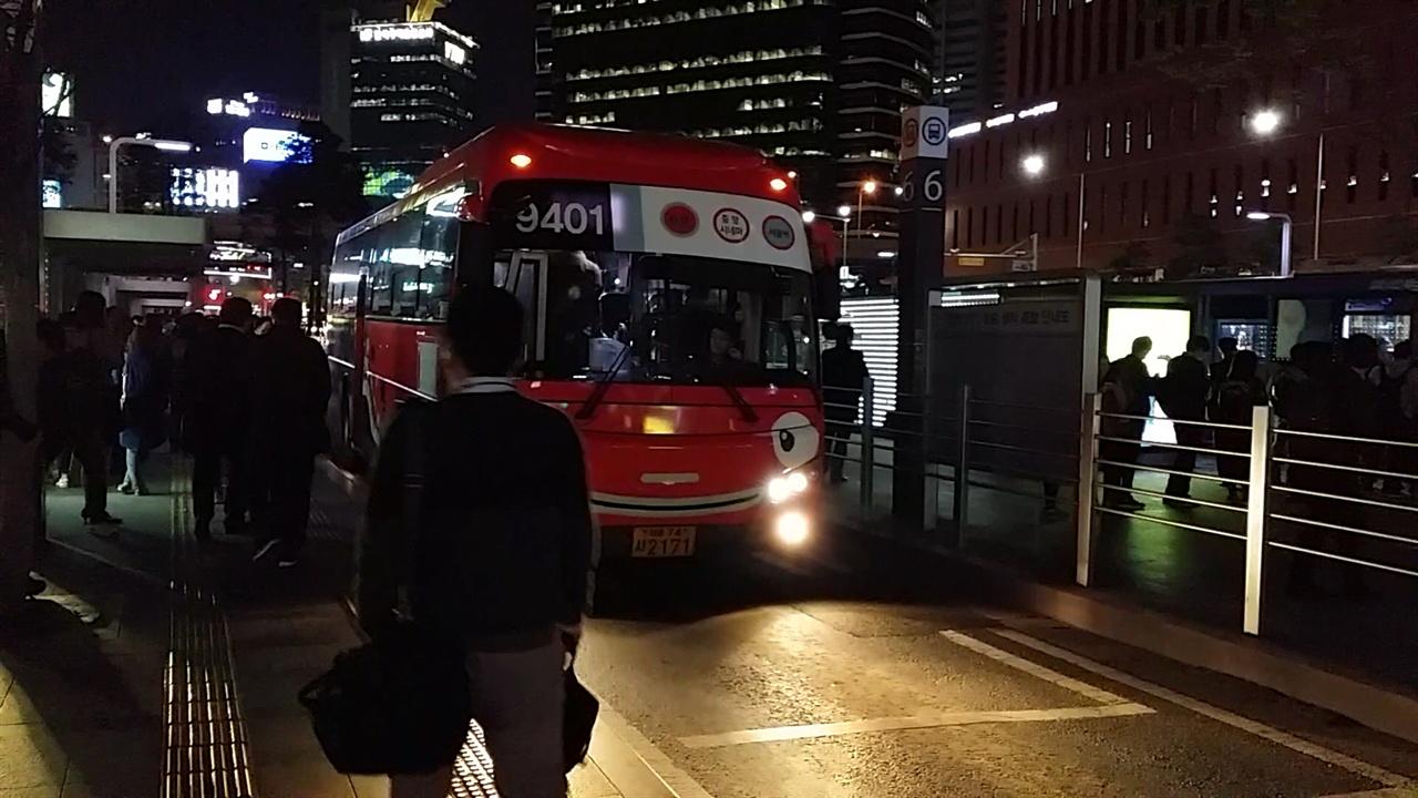 서울역 버스환승센터에 정차한 버스. 서울역버스환승센터는 '환승센터'라는 개념을 이용객에게 정립하고 교통정체를 완화하는 효과를 가져왔다.