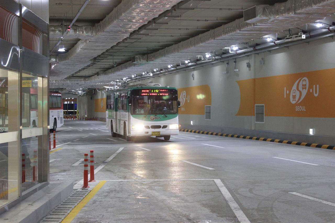 잠실광역환승센터에 버스가 들어서고 있다.